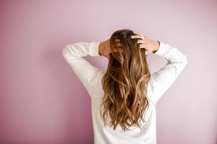 pode dormir com óleo de coco no cabelo