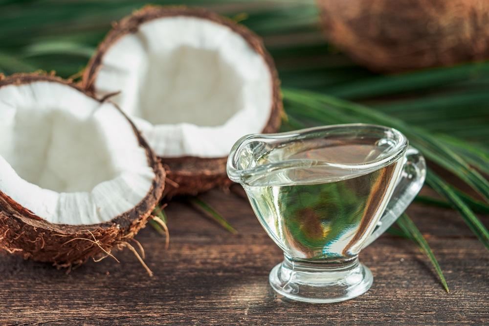 Descubra como usar o óleo de coco no verão